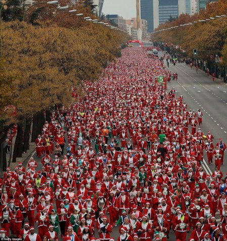 2F4E0C0200000578-3357499-Christmas_is_coming_A_record_breaking_10_000_runners_dressed_as_-m-73_1449946153020.jpg