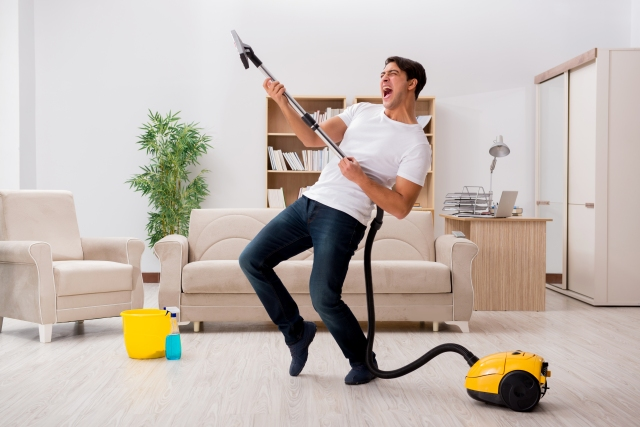 shutterstock_519407452_man-vacuming-dancing
